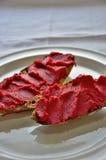 养殖的甜菜根hummus和自创全麦 图库摄影