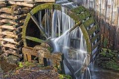 段磨房水轮Cades小海湾 免版税库存图片