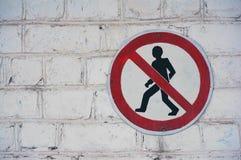 段落的标志禁止给人对一个白色砖墙 免版税库存图片