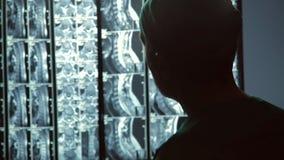 殷勤医生集中于患者脊椎MRI扫描,诊断专家在工作 股票视频