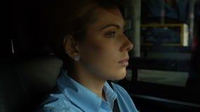 殷勤地驾驶汽车的成功的女实业家在城市,堵车 股票视频