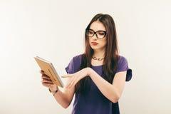殷勤学生女孩阅读书,自由空间 少妇画象小心地studing材料的玻璃的  免版税库存图片
