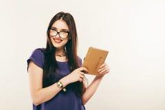 殷勤学生女孩阅读书,自由空间 少妇画象小心地studing材料的玻璃的  免版税图库摄影
