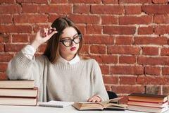殷勤学生女孩阅读书,自由空间 图库摄影