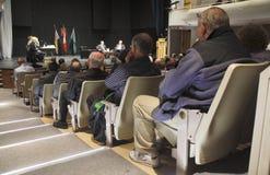 殷勤观众听一次地方市长的职位辩论 免版税图库摄影