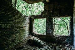 毁坏了一排被放弃的工厂厂房,战争的作用,地震 免版税库存图片