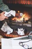 毁坏从案件的商人重要文件在firepla 库存照片