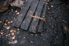 毁坏由被烧的房子的火木门 免版税库存照片