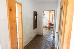 从洪水毁坏的老客厅 库存图片