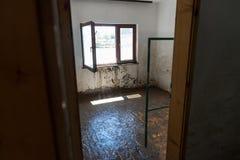 从洪水毁坏的老客厅 免版税库存照片