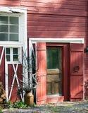 毂仓大门和窗口与雕刻的元素在下午点燃。 库存图片