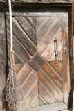 毂仓大门和长扫帚 库存图片