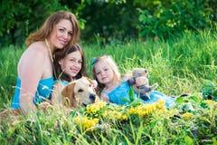 母亲、两个女儿和狗 图库摄影