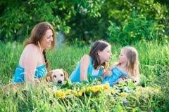 母亲、两个女儿和狗 库存照片