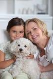 母亲、女儿和狗 免版税库存图片