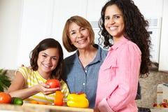 母亲、女儿和祖母烹调 免版税库存图片