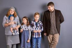 母亲、父亲和三个孩子 免版税库存图片