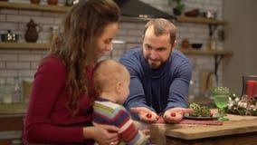 母亲、父亲和婴孩获得一个乐趣在现代厨房 使用与孩子的爸爸和妈妈,人显示两个拳头与hiden 影视素材