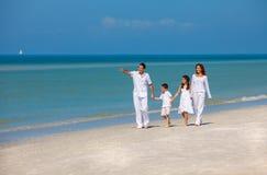 母亲、父亲和走在海滩的儿童系列 免版税库存图片