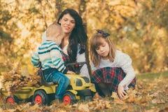 母亲、的doughter和一起使用小的儿子 库存照片
