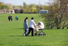 母亲、祖母和婴孩步行的 图库摄影
