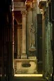 母亲与雕象公墓结婚 免版税库存照片