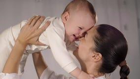 母亲举行她婴孩和微笑 影视素材