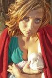 母亲乳房提供的婴孩 免版税库存照片