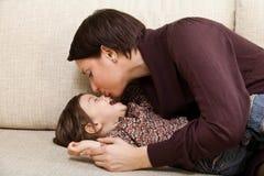 母亲亲吻子项 免版税图库摄影
