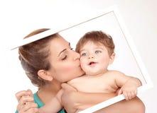 母亲亲吻小儿子 图库摄影