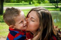 母亲亲吻儿子 库存图片
