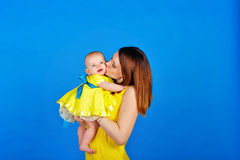 母亲亲吻她的女儿 图库摄影
