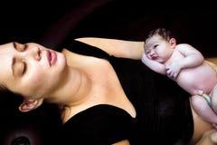 母亲休息在诞生以后 库存图片
