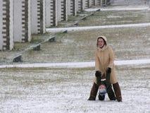 母亲作用儿子冬天 库存图片