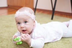 母亲俱乐部戏剧的婴儿女孩与玩具 免版税库存照片
