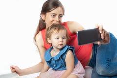 年轻母亲做一selfie 免版税库存图片