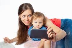 年轻母亲做一selfie 免版税图库摄影