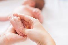 母亲做愉快的婴孩的按摩 免版税库存图片