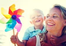 母亲儿子乐趣放松家庭接合概念 免版税库存照片