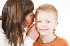 母亲儿子耳语 库存照片
