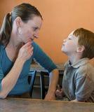母亲儿子隔离 免版税图库摄影