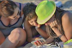母亲儿子Beach Smartphone伯母 库存照片