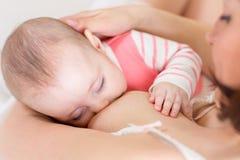 母亲关心和哺乳的婴孩 产科构想 免版税库存照片