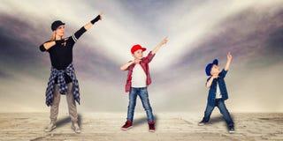 母亲和两个儿子舞蹈节律唱诵的音乐 都市的生活方式 节律唱诵的音乐一代 免版税库存照片