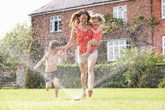 母亲和二儿童运行 免版税图库摄影