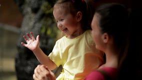 母亲和使用与小瀑布的cutie女儿 他们获得很多乐趣母亲节一起 瀑布 股票录像
