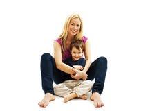 母亲和儿子一个爱恋的姿势的 免版税库存照片