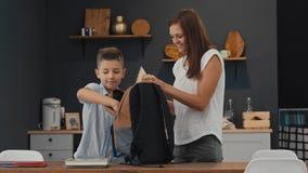 母亲和儿子一个背包为第一个教学日做准备 影视素材