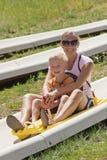 母亲和儿子一艘高山沿海航船的乘坐 图库摄影