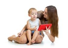 母亲和儿子与片剂个人计算机的儿童游戏 免版税库存照片